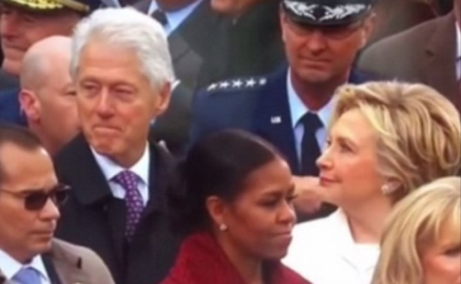 В соцсетях посмеялись над Хиллари Клинтон, сверлящей взглядом мужа (ВИДЕО)