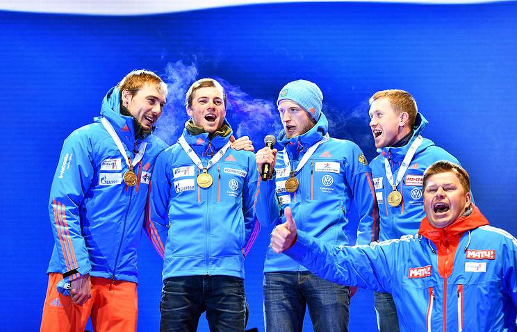 Российские биатлонисты исправили ошибку организаторов, спев с болельщиками гимн России