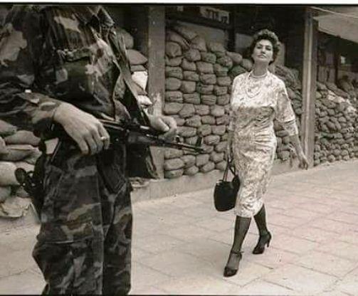 """На этом фото гордая и прекрасная женщина, молча сказавшая: """"Вы нас не сломаете"""""""