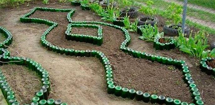 идеи для дачи - клумба из бутылок
