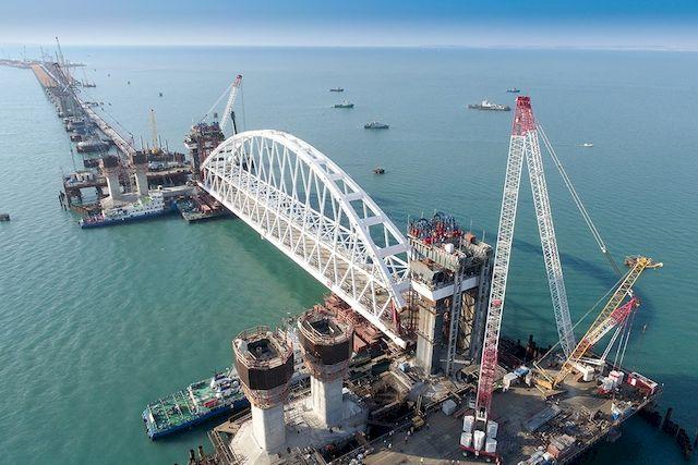 Крымский мост: автомобильная арка направляется к месту установки (видео)