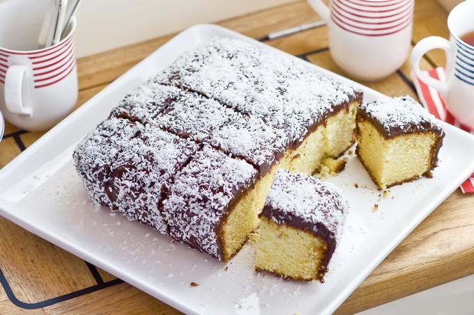 Австралийское пирожное в шоколадное глазури «Ламингтон»