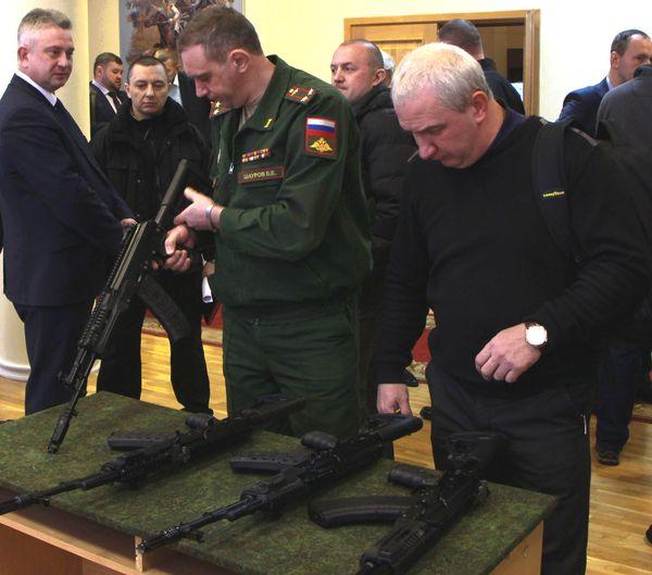 Министерство обороны приняло решение принять на вооружение оба типа автоматов - АЕК и АК-12