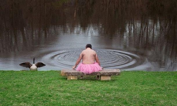 Сильный мужчина в розовой юбке...