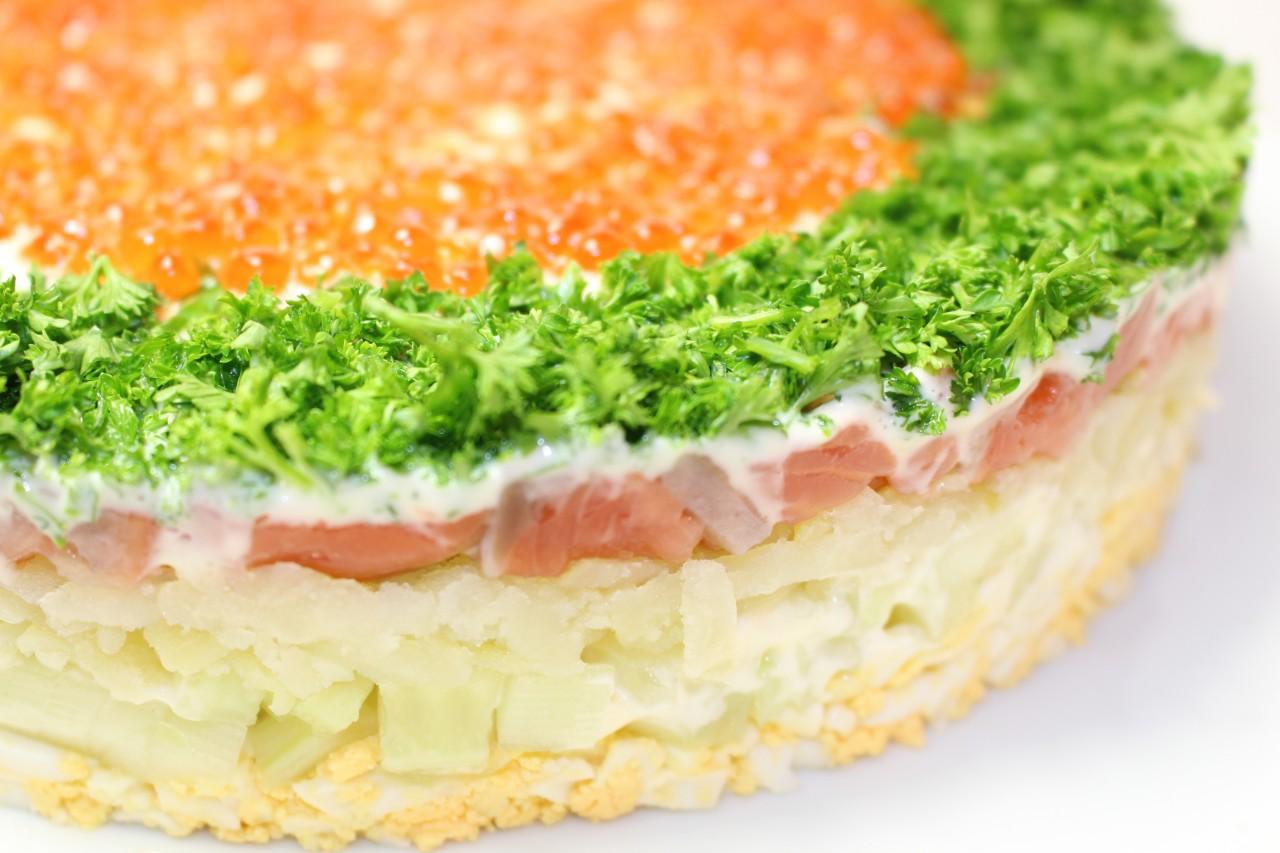 салат из красной малосоленой рыбы рецепт