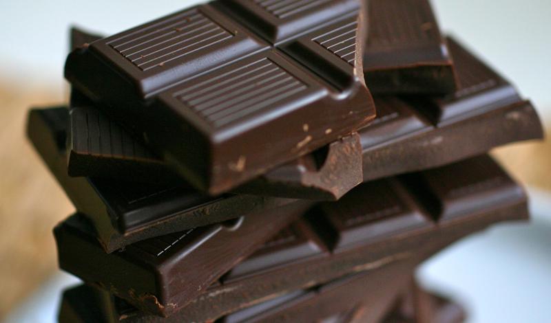 Темный шоколад Отличная новость для всех, кто не мыслит своей жизни без сладкого: исследования показали несомненную пользу темного шоколада для сердца. Ученые связывают этот факт с большим количеством содержащихся в продукте полифенолов и флавонолов — противовоспалительных элементов, защищающих всю сердечно-сосудистую систему.