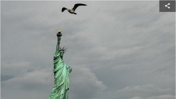 """На статую Свободы в Нью-Йорке повесили баннер """"Беженцы, добро пожаловать"""""""