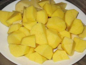картошку нарезать кусочками