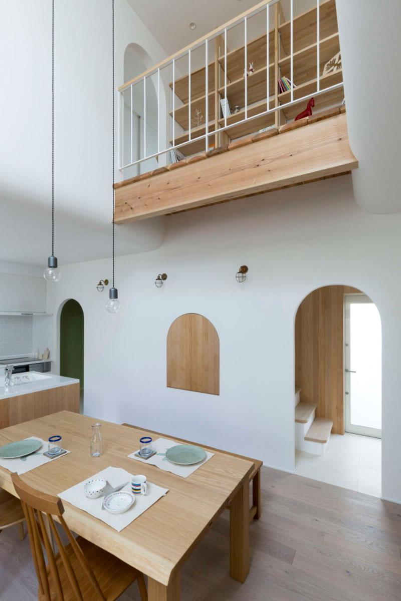 Арки в интерьере дома и полукруглое окошко в стене