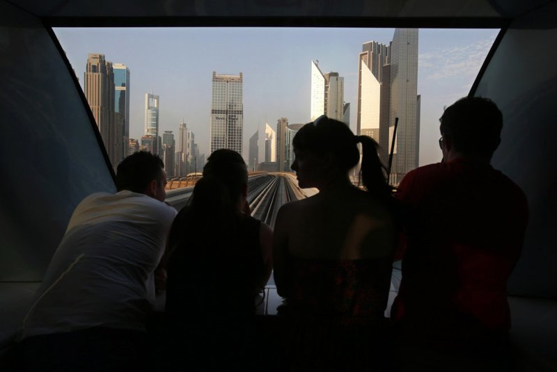 В Дубае даже на небольшие расстояния ездят на машинах, такси или общественном транспорте, например, метро — потому что жара. Дубайскому метро всего пять лет, но оно уже ежедневно обслуживает по 500 тыс. пассажиров в мире, дорога, езда, люди, пробка