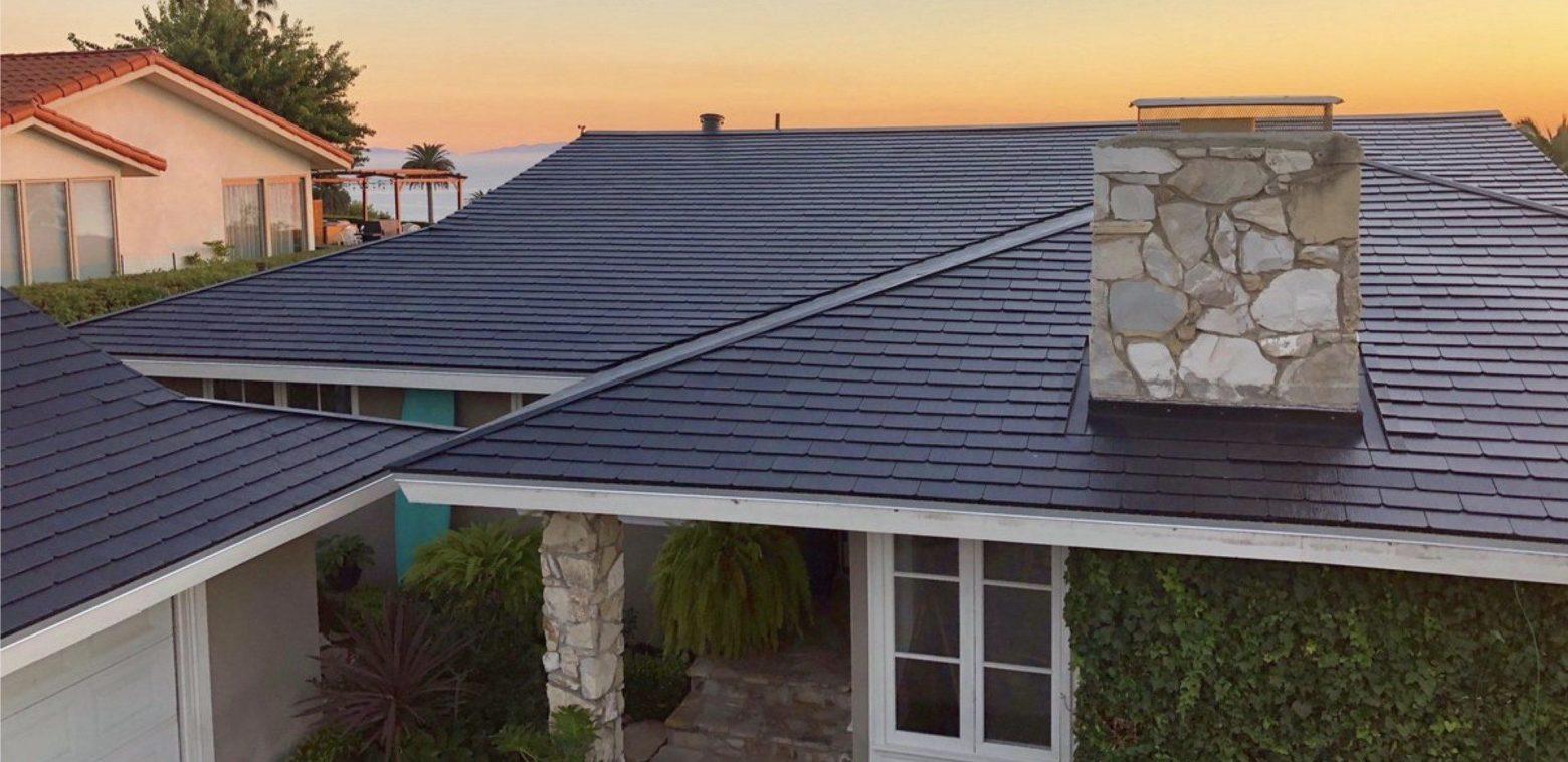 На Tesla подали в суд из-за загорающихся солнечных панелей