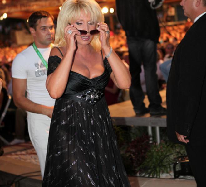 8. Певице Ирине Аллегроой 65 лет. Сама она выглядит как шальная императрица, про которую поет куда уходит молодость, пожилые знаменитости, россия, старушки, треш, фото
