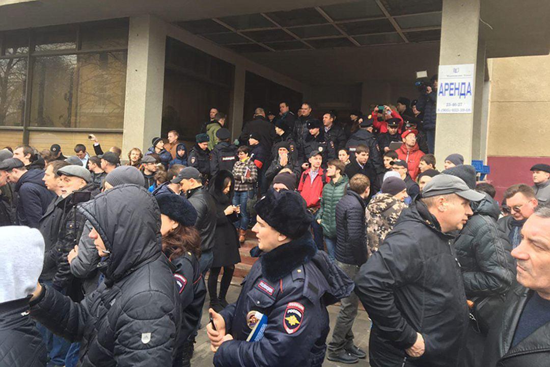 Навальный в Саратове побоялся выходить к возмущенным горожанам