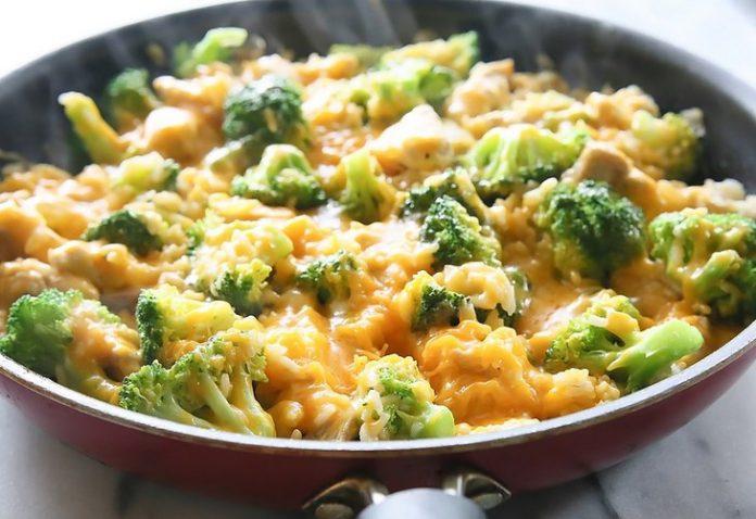 Полезная и очень вкусная запеканка из риса и брокколи на сковороде за 20 минут