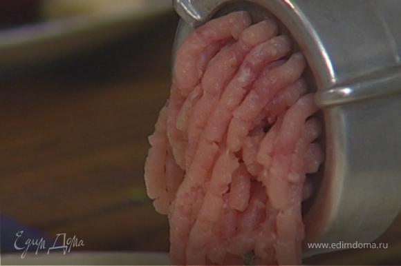 Свинину и копченую грудинку нарезать небольшими кусочками и пропустить через мясорубку.