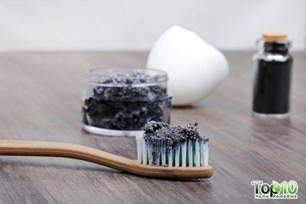 Домашняя зубная паста с активированным углем для отбеливания зубов