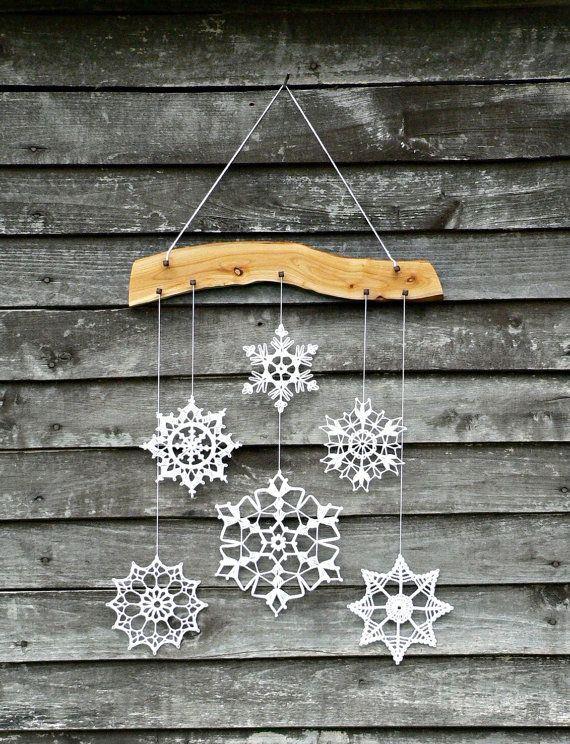 Красивая подвеска с ажурными вязанными снежинками