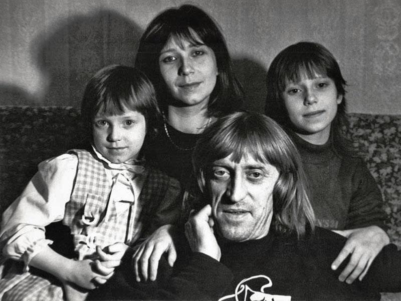 1056 Виктор Авилов с женой Галиной и дочерьми Олей и Аней.jpg