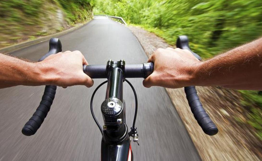 Интенсивный спорт Понятие интервальных нагрузок действительно и для велосипедных заездов. Попробуйте чередовать неспешную езду с максимальными ускорениями: это настроит ваш организм на более активное сжигание жира.