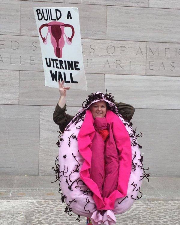 Фрейд перевернулся в гробу: жительницы США надели костюмы вагин в поддержку демократов