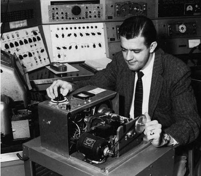 Первый барабанный сканер SEAC*, Рассел Кирш и пульт управления сканера фоном. 1957 год, США было, история, фото