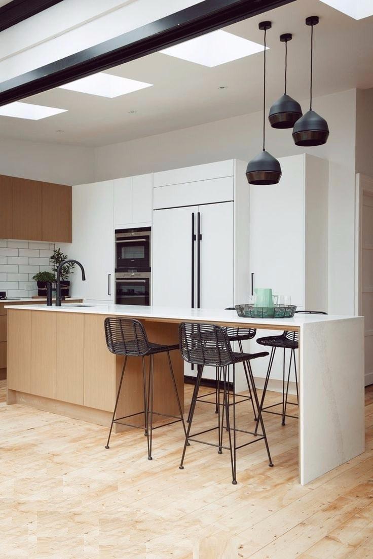 Благодаря сбалансированному черно-белому сочетанию интерьер данной кухни выглядит легким и элегантным
