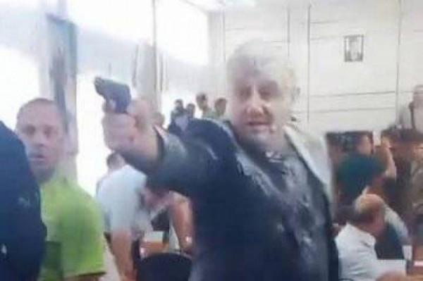На Днепропетровщине депутат открыл огонь по бандеровцам прямо в зале горсовета