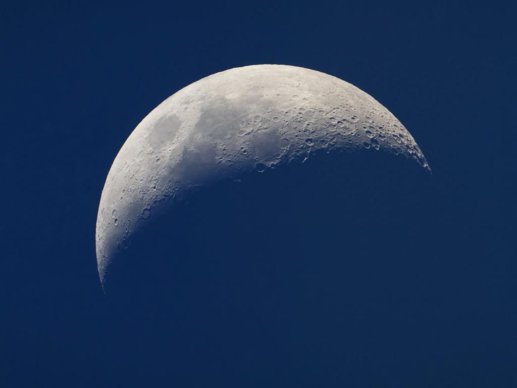Почему нельзя долго и часто смотреть на Луну