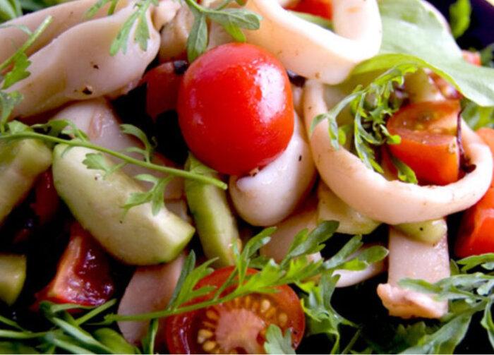Как приготовить салат с консервированными кальмарами