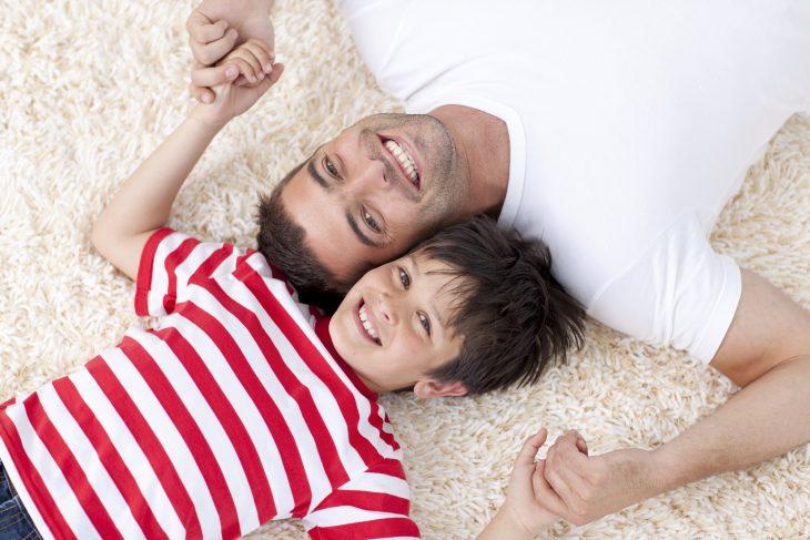 Муж придумал гениальную игру для сына — «царь дивана» называется…