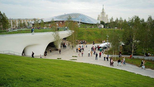 """Вандалы повредили купол и окно медиацентра в """"Зарядье"""" в первый же день работы парка"""