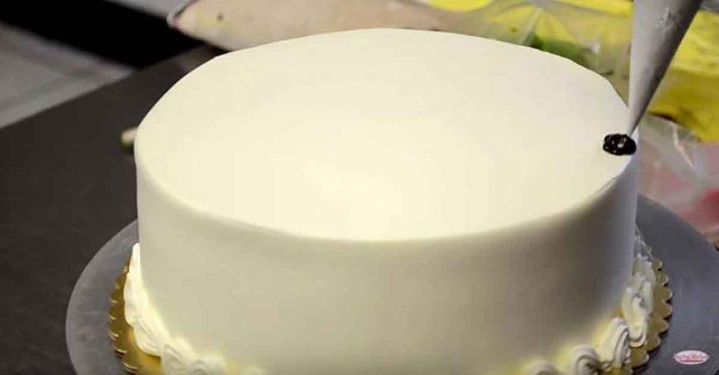 Думаете, у Вас нет времени, чтобы украсить торт? Подождите, пока не увидите, как она это делает