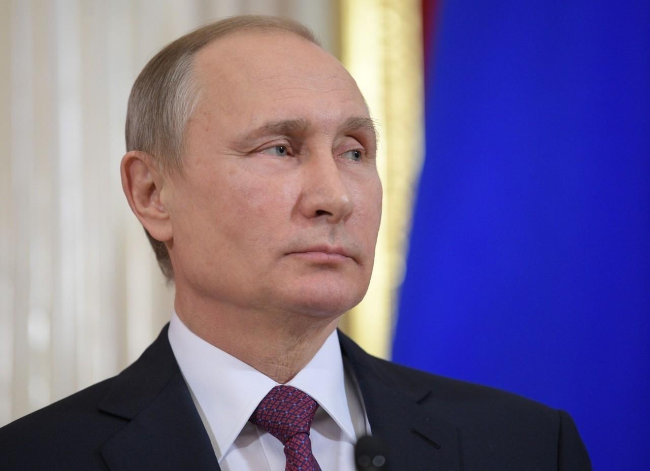Путин похвалился удостоверением плотника четвёртого разряда и спел под гитару