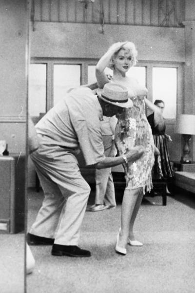 Благодаря мастерству художника по костюмам Орри-Келли (на фото), зрители даже не заметили, что актриса во время съемок была беременна и на 10 лет старше, чем это указано в сценарии.
