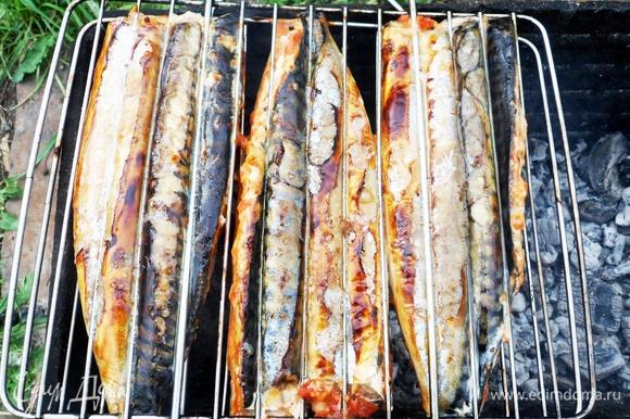 Скумбрия — рыба жирная. Для того чтобы не горел капающий жир, можно посыпать угли горстью крупной соли. Установить решетку на мангал. Готовить около 15 минут (для крупной рыбы), периодически переворачивая решетку.