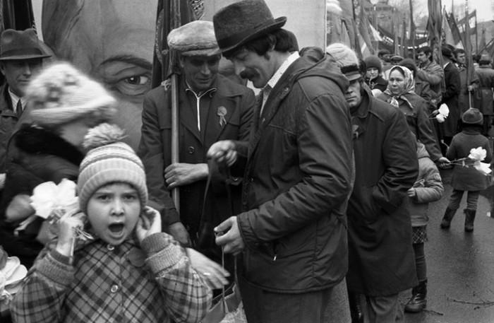 Официальный военный парад на главной площади. СССР, Новокузнецк, 1980-е годы.