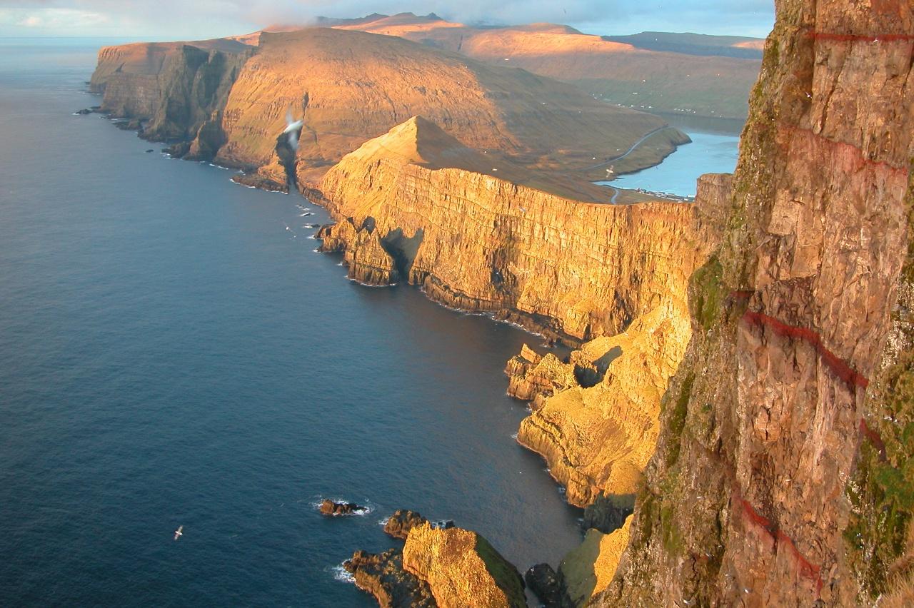 Фото достопримечательностей Стран Скандинавии: Отвесные скалы острова Судурой