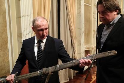 Путину подарили щит и меч князя Владимира из «Викинга»
