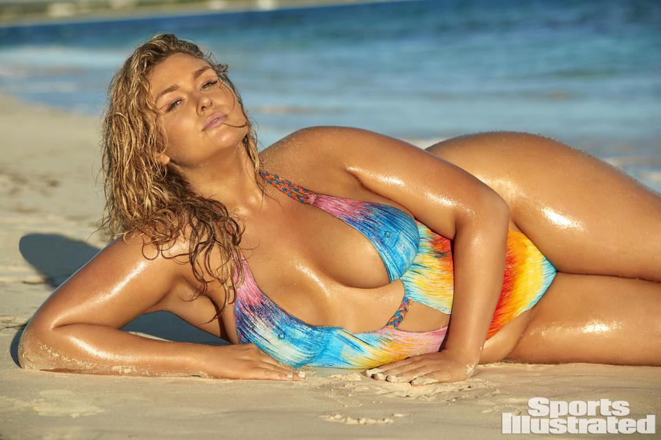 Пышнотелая модель в нарисованном купальнике появилась на обложке журнала