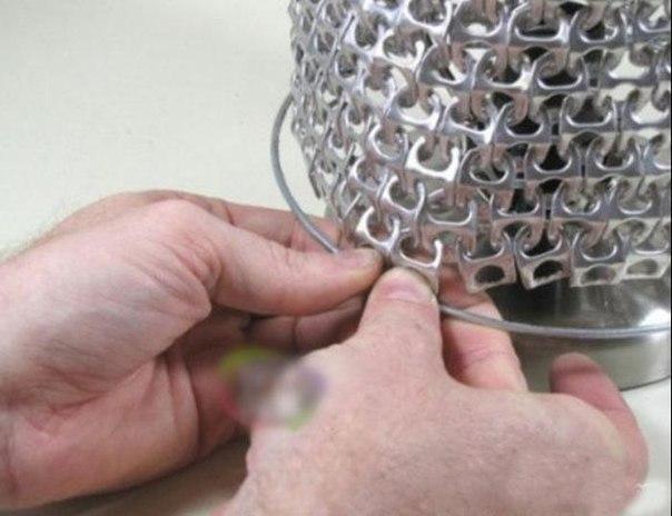 Не спешите выкидывать ключи от жестяных банок.Ведь из них можно сделать довольно симпатичную настольную лампу. Как? Смотрим далее.