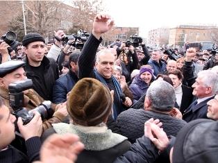 Бывший гражданин США Раффи Ованнисян на русском языке обещал своим сторонникам: «До победы без заднего хода!»