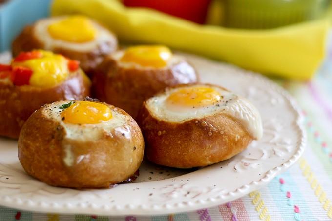 Булочки с яйцом на завтрак