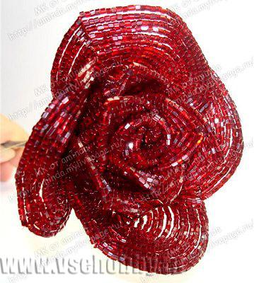 приматываем лепестки 4 круга бисерной розы ручной работы к стеблю