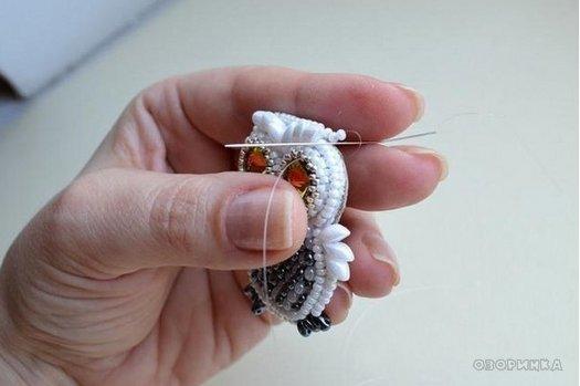 завершающие штрихи изгтовления броши совы из бисера и бусин