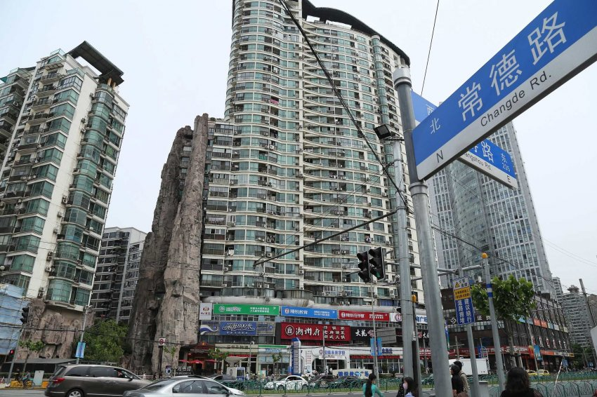 Жилой дом в скале в центре Шанхая
