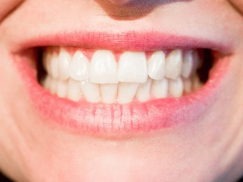 Ученые сообщили об опасности для здоровья зубных протезов