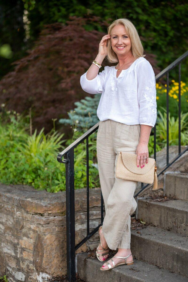 Взрослая женщина в льняной белой блузе. /Фото: dressedformyday.com