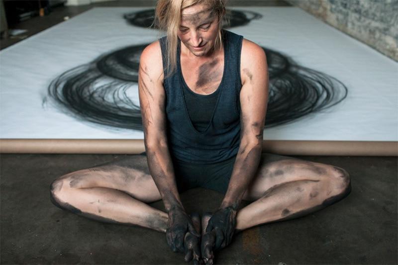 Художница, используя свое тело, делает захватывающие картины