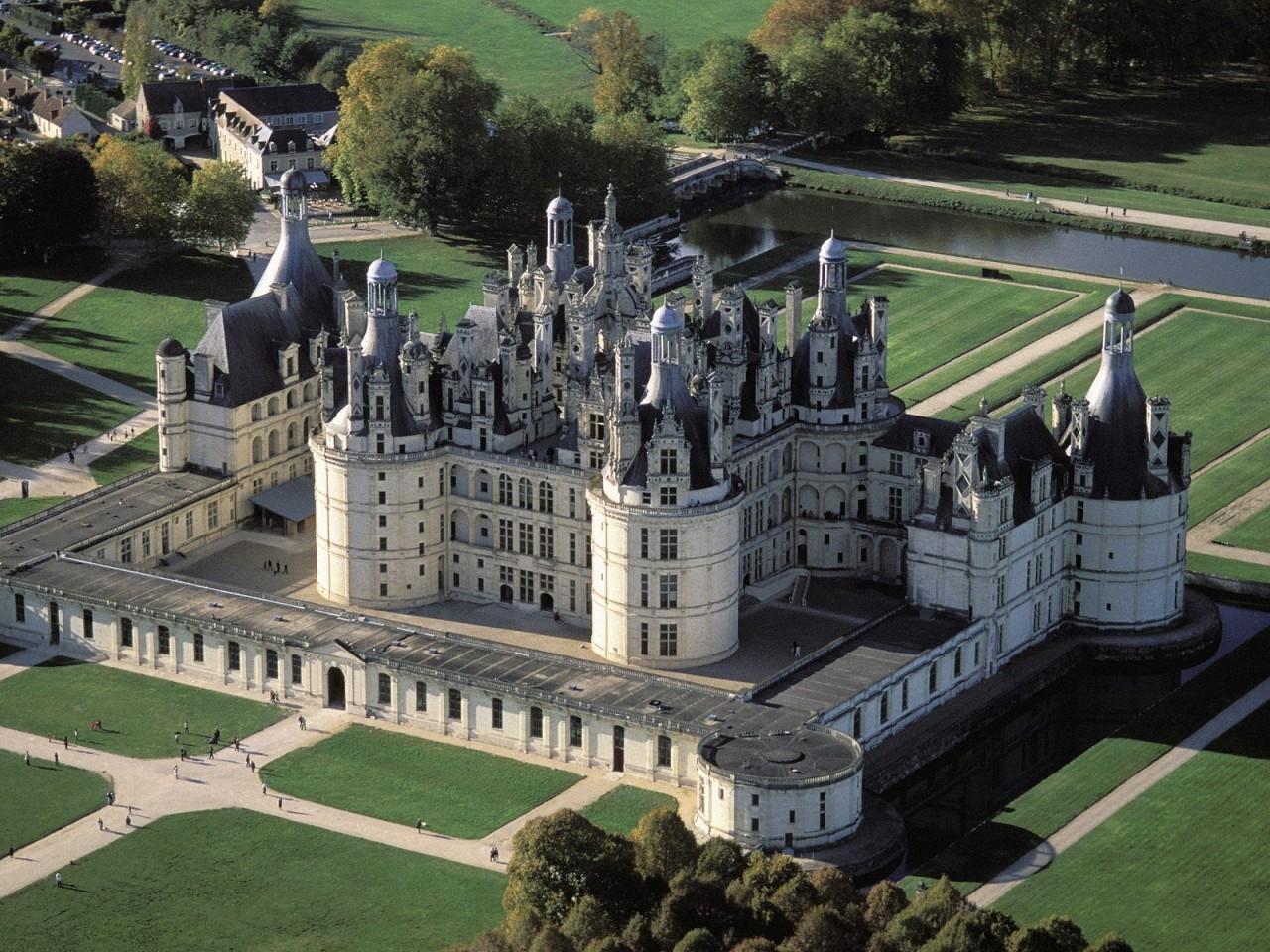 http://www.abcfrancais.com/wp-content/uploads/2012/10/chateau-chambord-aerien2.jpg