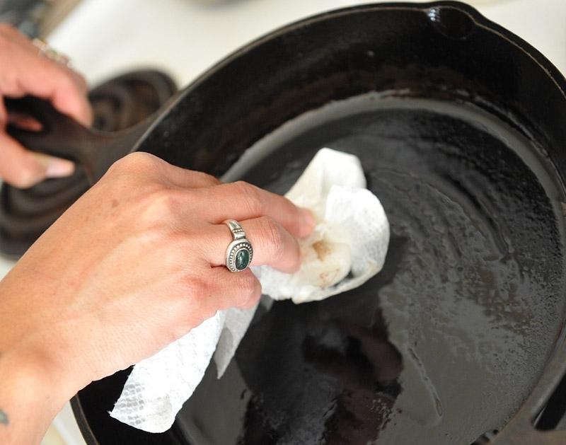 Как закалить чугунную сковороду кокосовым маслом